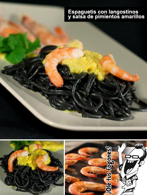 espaguetis negros con langostinos y salsa de pimiento