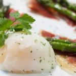 Huevos con jamón y espárragos