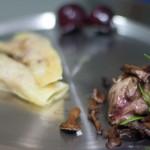 Conejo de corral con raviolis de queso de cabra cerezas y rebozuelos